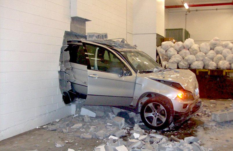 Пьяный депутат кулаками разбил стекло машины ГАИ - Авто ...